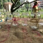 bicchieri da picnic fatti dai bambini con vasetti della marmellata